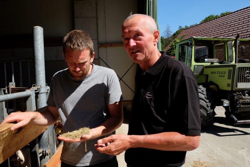 Der GARANT Fütterungsexperte Christian Strobl berät einen Landwirt zur richtigen Fütterung in der Kälberaufzucht.