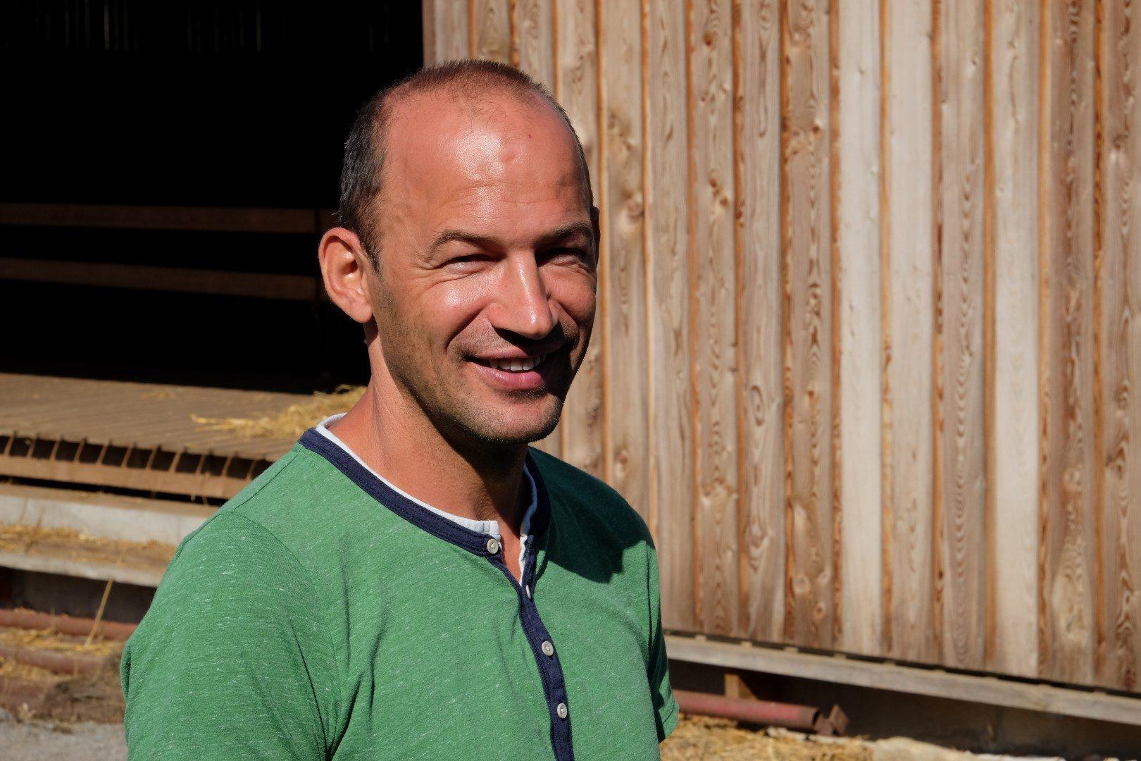 Christoph Schild vor einem Rinderstall.