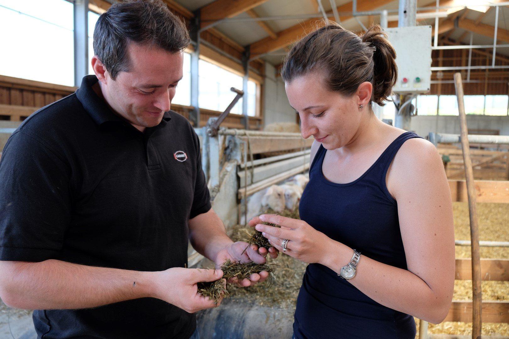 Fütterungsexperte Leonhard Kupfer im Lämmerstall im Gespräch mit einer Landwirtin.